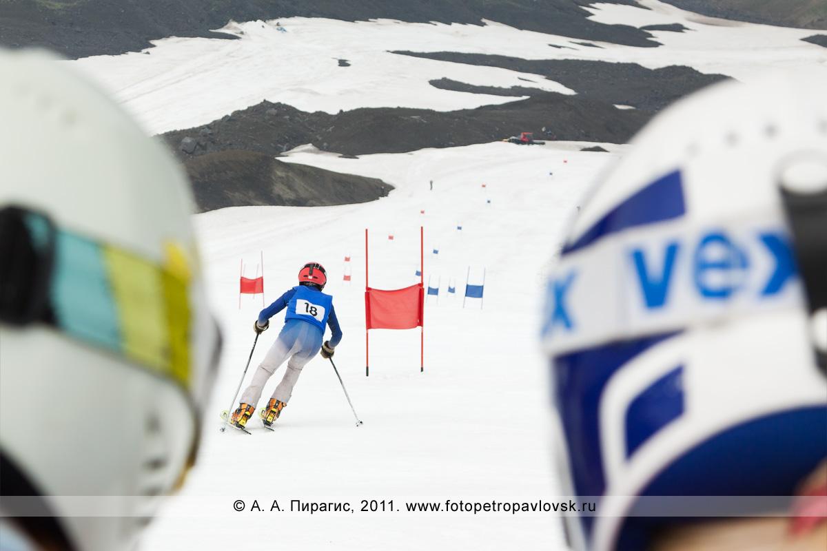 Фотография: спуск по горнолыжной трассе на склоне Авачинского вулкана. Летнее первенство Камчатского края по горнолыжному спорту