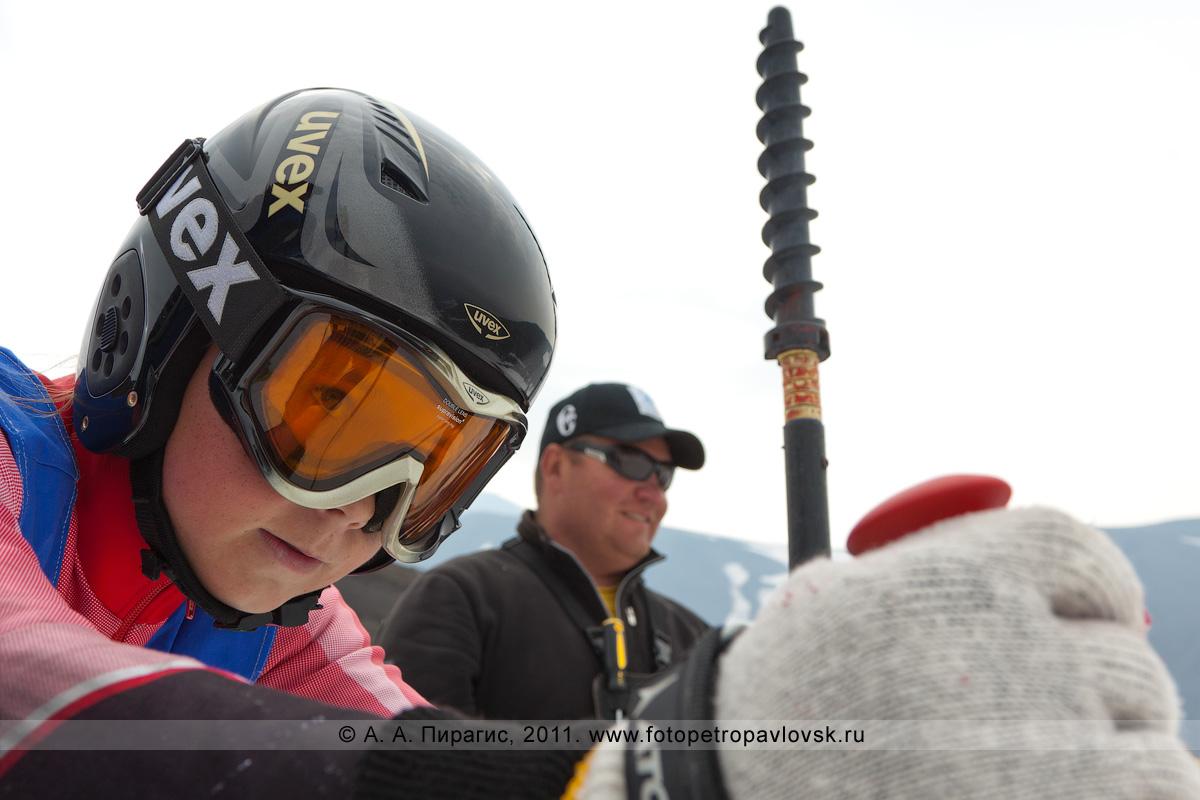 Фотография: камчатская горнолыжница ждет команду на старт. Летние соревнования в слаломе-гиганте (гигантский слалом) на Авачинском вулкане (Камчатка)