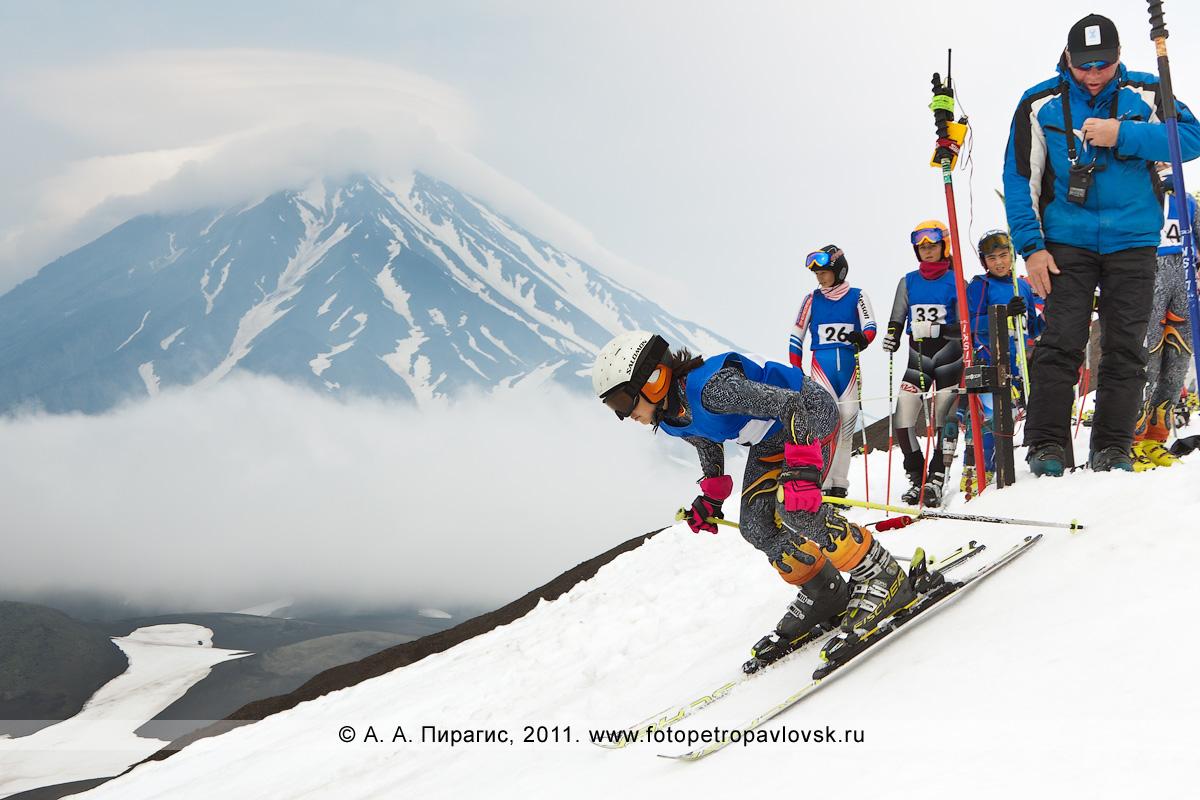 Фотография: слалом-гигант (гигантский слалом) на склоне Авачинского вулкана. Летнее первенство Камчатского края по горнолыжному спорту. На заднем плане — Корякский вулкан
