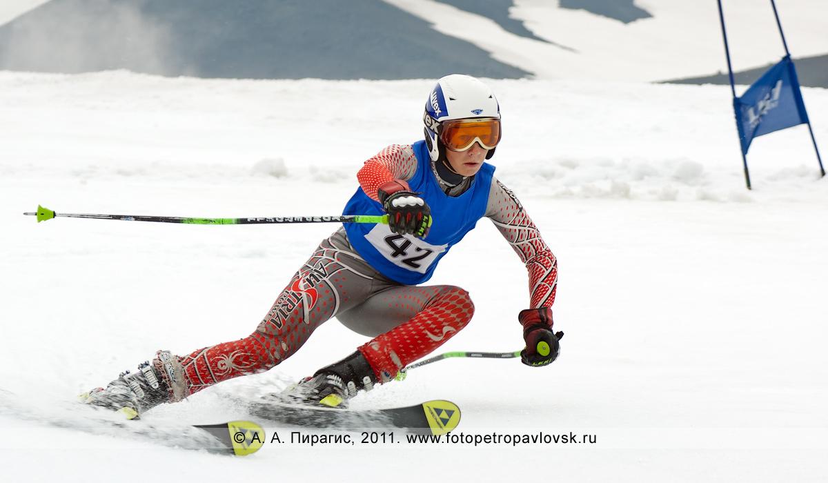 Фотография: горнолыжник — участник первенства Камчатского края по горнолыжному спорту. Авачинский вулкан