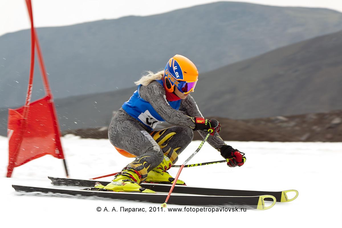 Фотография: камчатская спортсменка спускается по трассе гигантского слалома на летнем первенстве Камчатского края по горнолыжному спорту