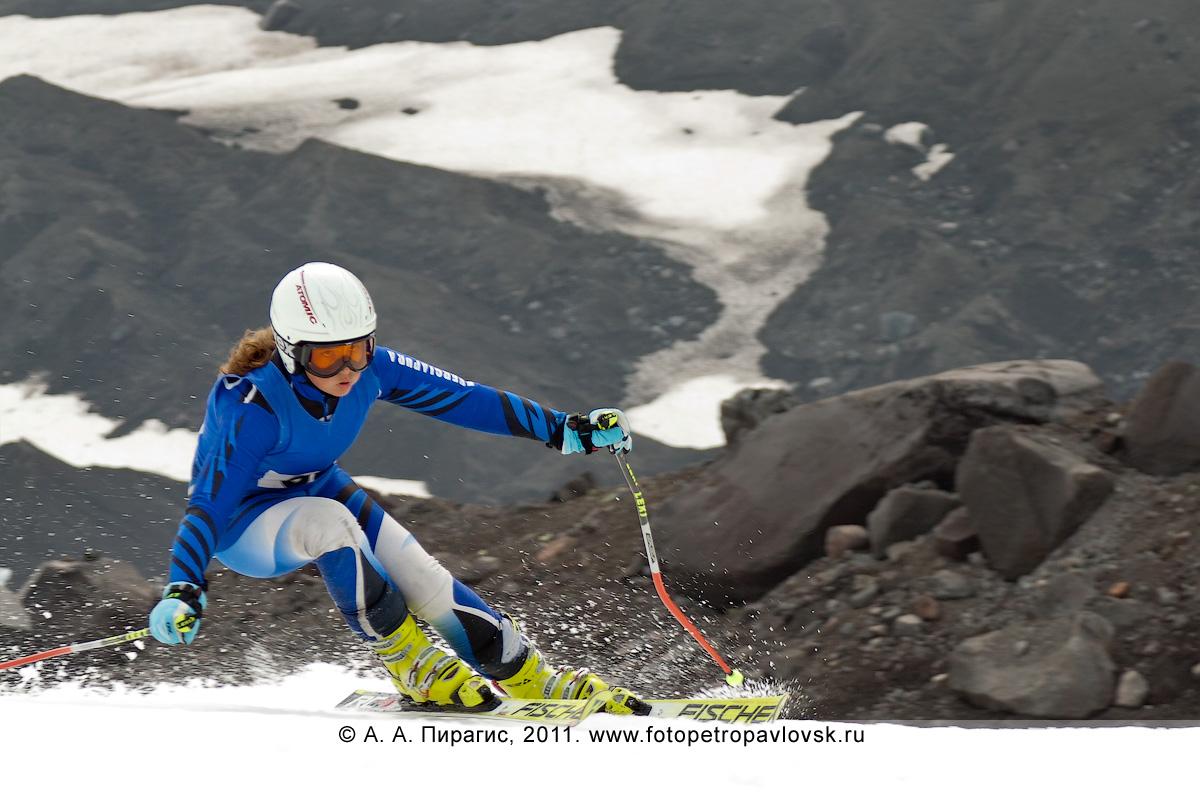 Фотография: спуск камчатской горнолыжницы по склону Авачинского вулкана. Летнее первенство Камчатского края по горнолыжному спорту
