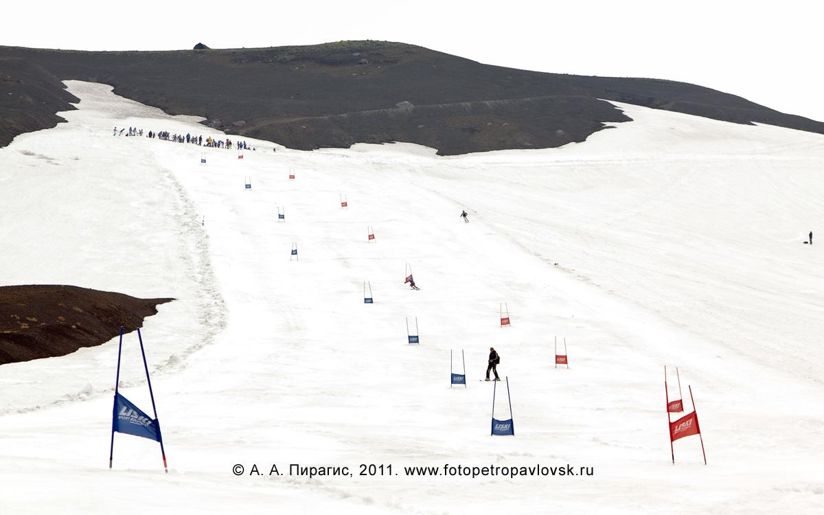 Фотография: горнолыжная трасса на слоне Авачинского вулкана — место проведения летних соревнования по горнолыжному спорту на Камчатке