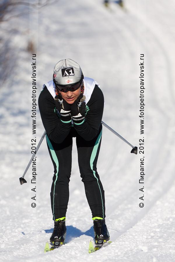 """Фотография: камчатская лыжница съезжает с горы. Соревнования по лыжным гонкам (классический стиль), посвященные памяти В.А.Кочкина на лыжной базе """"Лесная"""" в городе Петропавловске-Камчатском"""