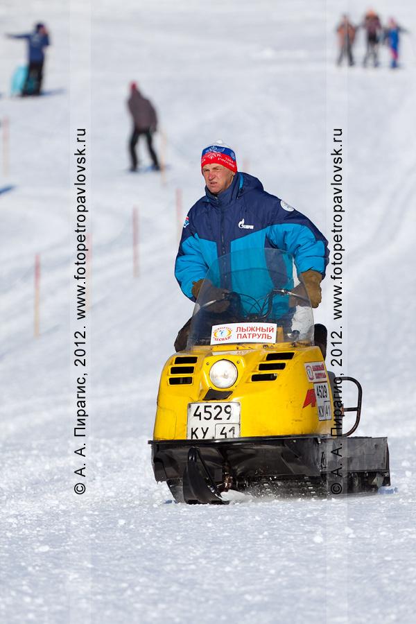 """Фотография: """"лыжный патруль"""" на снегоходе """"Буран"""" лыжной базы """"Лесная"""" на лыжной трассе во время соревнований по лыжным гонкам. Камчатский край, город Петропавловск-Камчатский"""