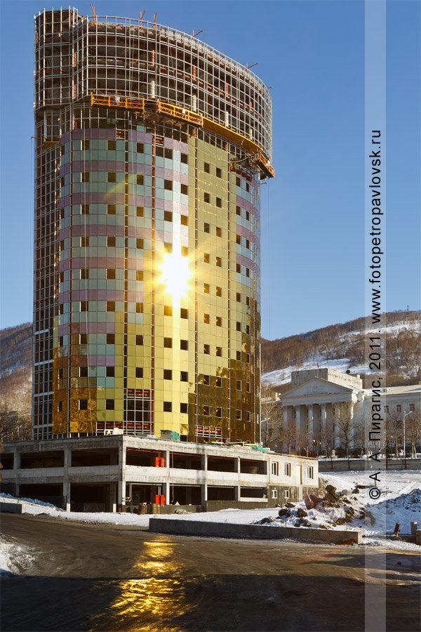 Фотография: камчатский небоскреб — бизнес-центр, офисное здание в историческом центре города Петропавловска-Камчатского (улица Красинцев)