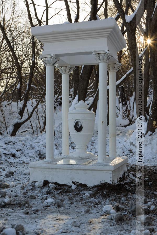 Фотография: памятник камчатской актрисе Александре Владиславовне Славиной (Родионовой). Петропавловск-Камчатский, кладбище на 4-м километре
