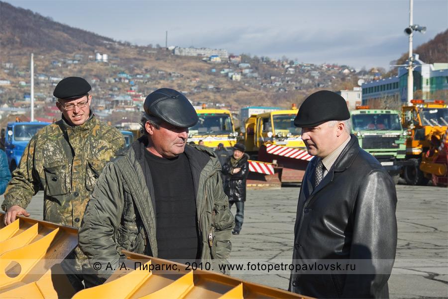 Фотография: Олег Сокоч беседует с водителями на смотре снегоуборочной автотехники