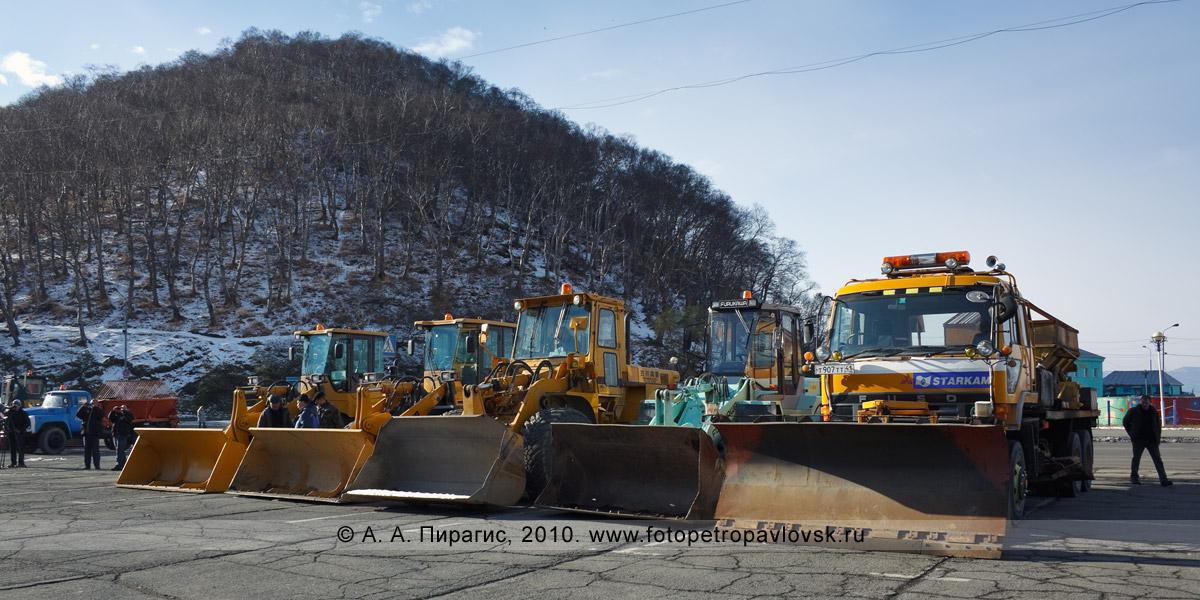 Фотография: снегоочистительная техника на смотре-проверке готовности к зиме. Центр города Петропавловска-Камчатского