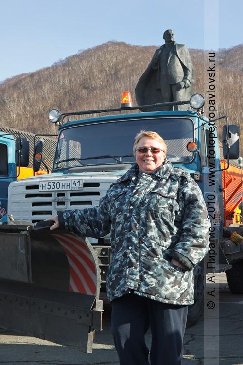 Фотография: единственная женщина-водитель снегоуборочной техники в Петропавловске-Камчатском