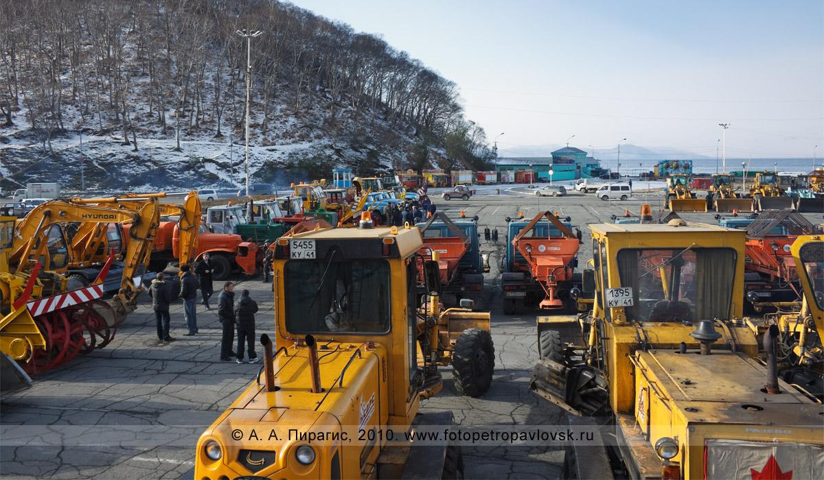 Фотография: Петропавловск-Камчатский — смотр грейдеров, шнекороторов и посыпалок на предмет готовности к зиме