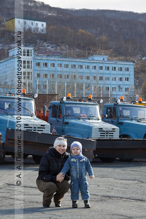 Фотография: будущий автомобилист с мамой на смотре снегоочистительной техники в центре города Петропавловска-Камчатского