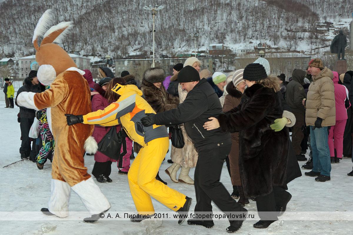 """Фотография: танцуют кролик и зрители. Конкурс """"Забег снегурочек"""" от камчатской радиостанции """"Радио СВ"""""""