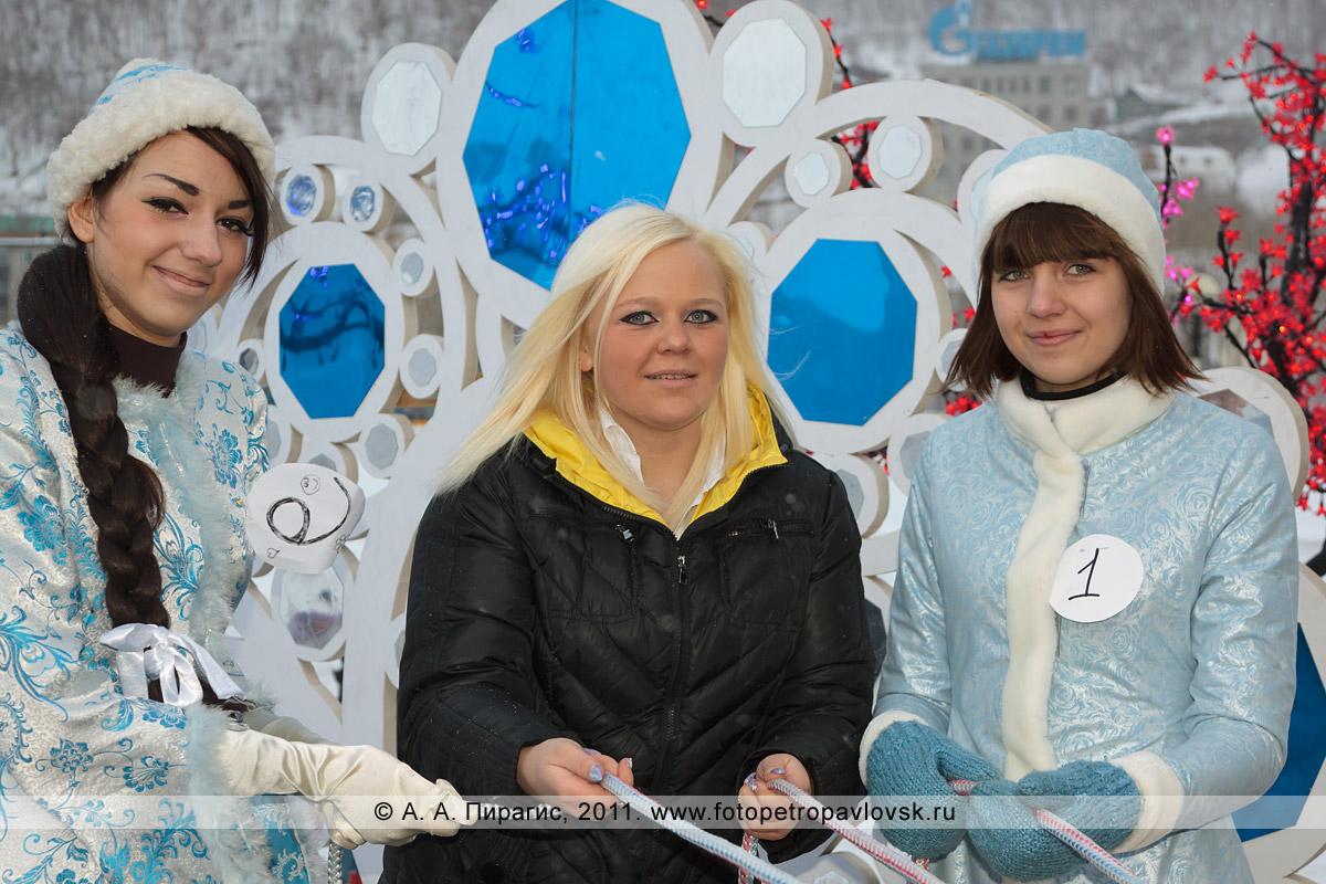 """Фотография: снегурочки Баталина Юля и Шаблий Ольга. Конкурс """"Забег снегурочек"""" от камчатской радиостанции """"Радио СВ"""""""