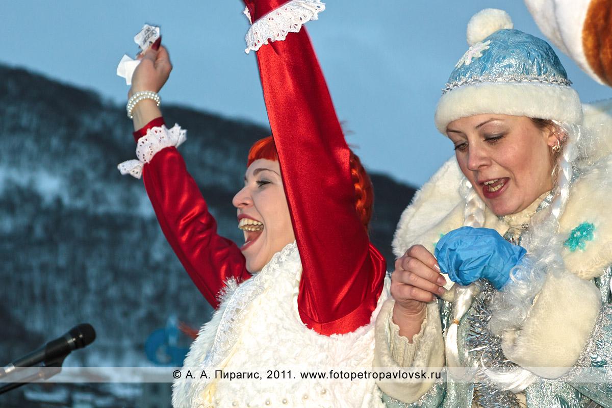 """Фотография: снегурочки Литвинова Наташа и Терновая Люда. Конкурс """"Забег снегурочек"""" от камчатской радиостанции """"Радио СВ"""""""