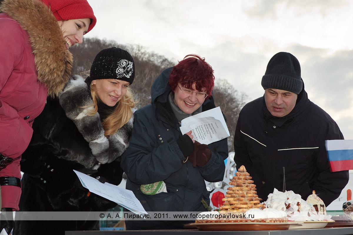"""Фотография: жюри оценивает кулинарные способности снегурочек. Конкурс """"Забег снегурочек"""" от камчатской радиостанции """"Радио СВ"""""""
