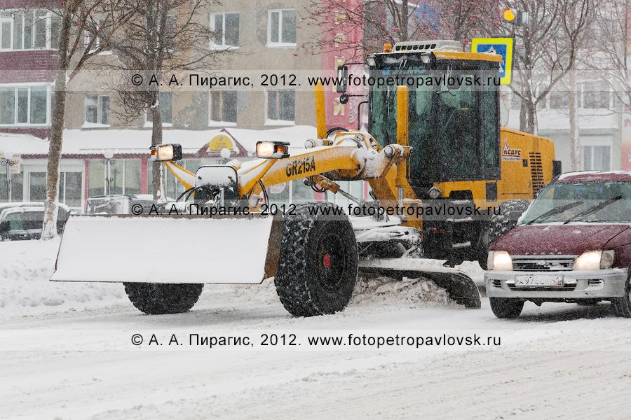 Фотография: снегопад в городе Петропавловске-Камчатском. Дорожная снегоочистительная техника работает на дороге