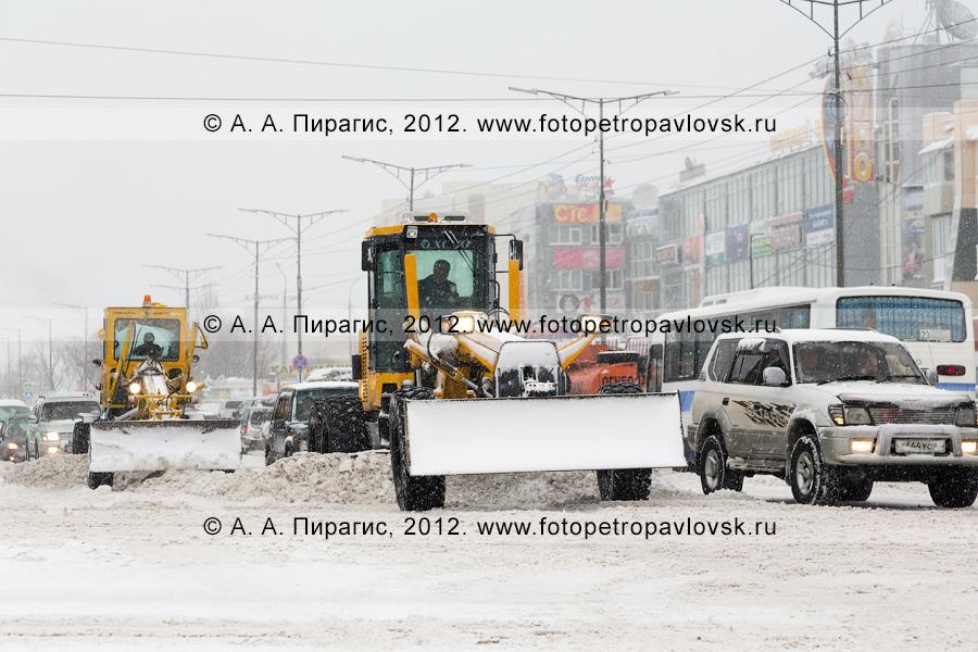 Фотография: снегопад в городе Петропавловске-Камчатском. Дорожная снегоочистительная спецтехника убирает снег с дороги