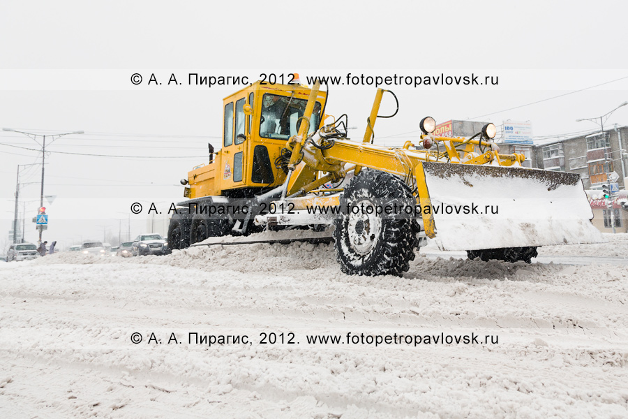 Фотография: снегопад в городе Петропавловске-Камчатском. Работа грейдера по уборке снега с дорожного покрытия