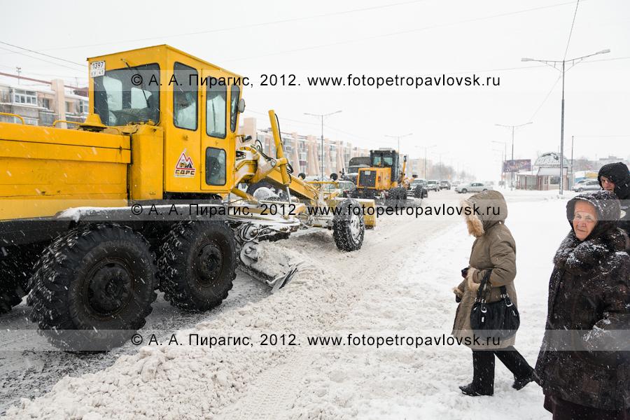 Фотография: снегопад в городе Петропавловске-Камчатском. Грейдеры убирают снег на дороге