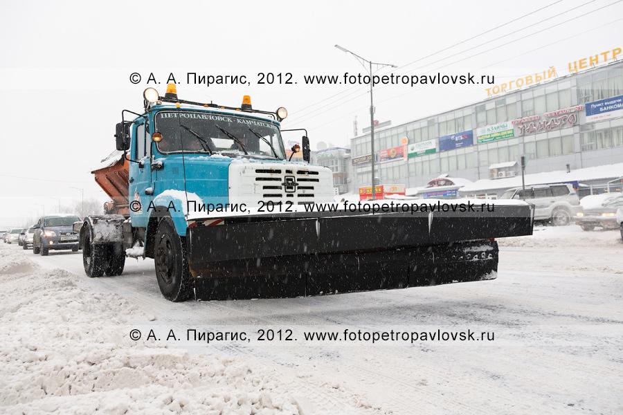 Фотография: снегопад в городе Петропавловске-Камчатском. Спецтехника на дороге