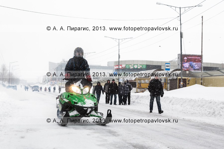 Фотография: последствие снежного циклона. Житель Петропавловска-Камчатского по главной автотрассе города едет на снегоходе