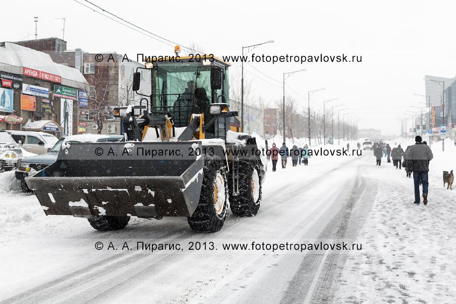 Фотография: последствие снежного циклона. Колесный погрузчик на проспекте 50 лет Октября в столице Камчатского края