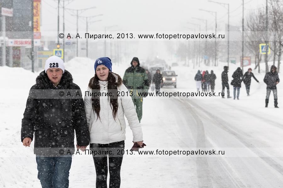Фотография: последствие снежного циклона. Автобусное сообщение отсутствует, петропавловцы идут по дороге пешком. Петропавловск-Камчатский, проспект 50 лет Октября
