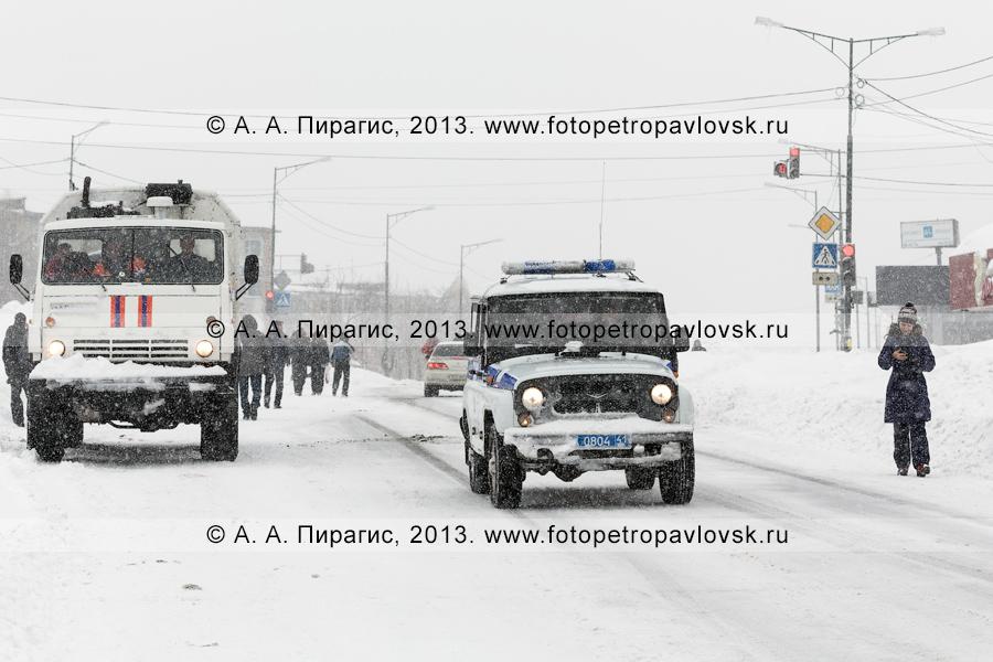 Фотография: последствие снежного циклона. По дороге едут автомобили экстренных служб — МЧС и полиции