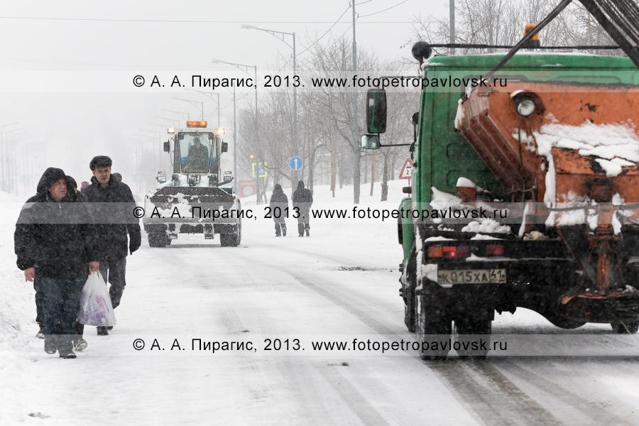 Фотография: по главной дороге Петропавловска-Камчатского едет спецтехника для ликвидации последствий снежного циклона