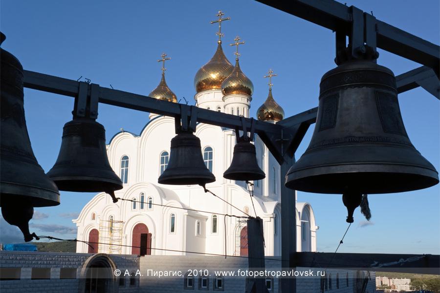 Фотография: звонница у собора Святой Живоначальной Троицы в городе Петропавловске-Камчатском