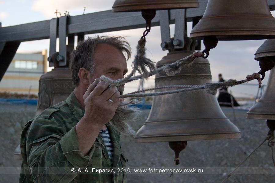 Фотография: звонарь на звоннице. Собор Святой Живоначальной Троицы, Петропавловск-Камчатский