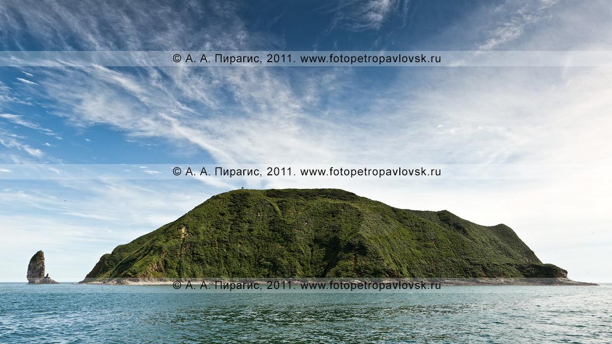 """Фотография: панорама острова Старичков, вид на остров с запада. """"Остров Старичков"""" — зоологический памятник природы Камчатки. Слева на фотографии: кекур Караульный"""
