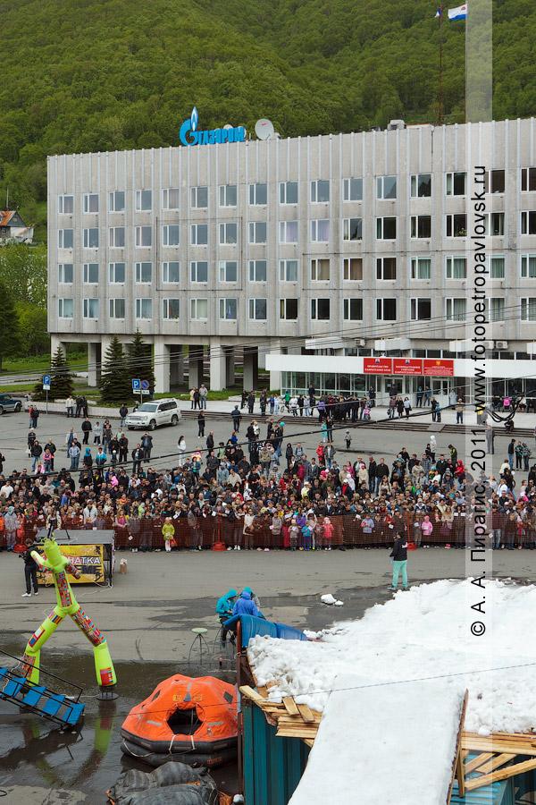 Фотография: горнолыжная трасса с трамплином. Празднование Дня молодежи в городе Петропавловске-Камчатском