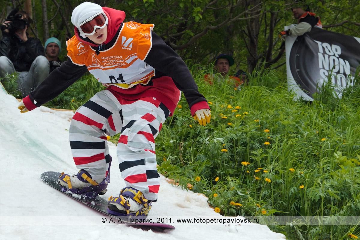"""Фотография: спуск на сноуборде. Соревнования камчатских сноубордистов и лыжников """"Summer Jam"""" (""""Летний джем"""") в День молодежи. Город Петропавловск-Камчатский"""
