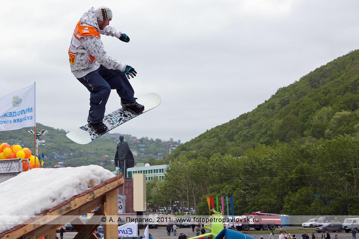 """Фотография: прыжок сноубордиста с трамплина. Спортивные соревнования """"Summer Jam"""" (""""Летний джем"""") в городе Петропавловске-Камчатском"""