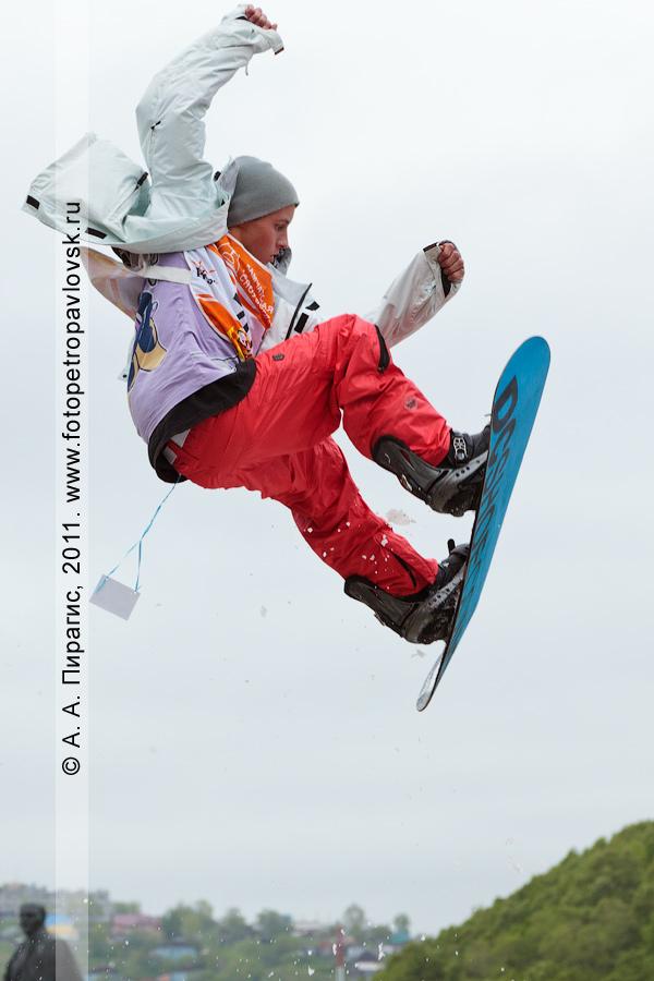 """Фотография: прыжок камчатского сноубордиста с трамплина. Спортивные соревнования """"Summer Jam"""" (""""Летний джем"""") во время празднования Дня молодежи (город Петропавловск-Камчатский)"""