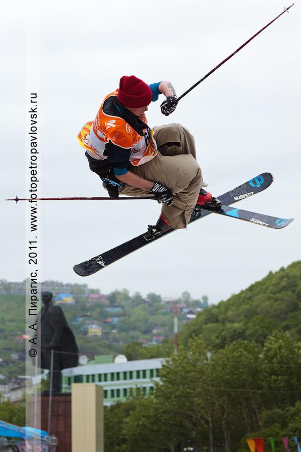 """Фотография: прыжок камчатского горнолыжника с трамплина. Спортивные соревнования """"Summer Jam"""" (""""Летний джем"""") во время празднования Дня молодежи в городе Петропавловске-Камчатском"""