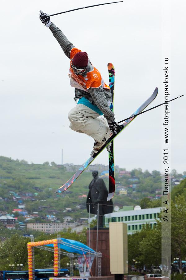 """Фотография: прыжок камчатского горнолыжника с трамплина. Экстремальное шоу """"Summer Jam"""" (""""Летний джем""""). Празднование Дня молодежи на Камчатке"""