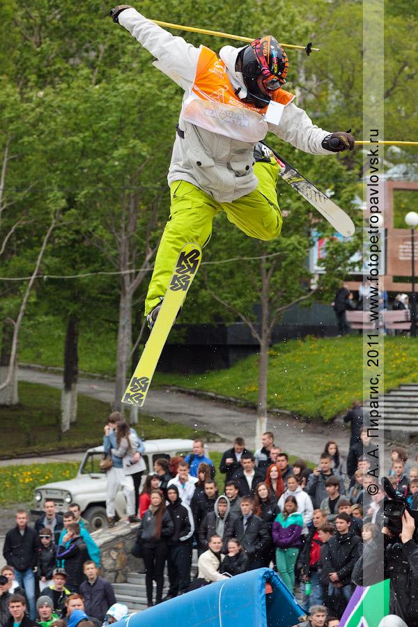"""Фотография: прыжок горнолыжника с трамплина. День молодежи, спортивные соревнования """"Summer Jam"""" (""""Летний джем"""") в городе Петропавловске-Камчатском"""