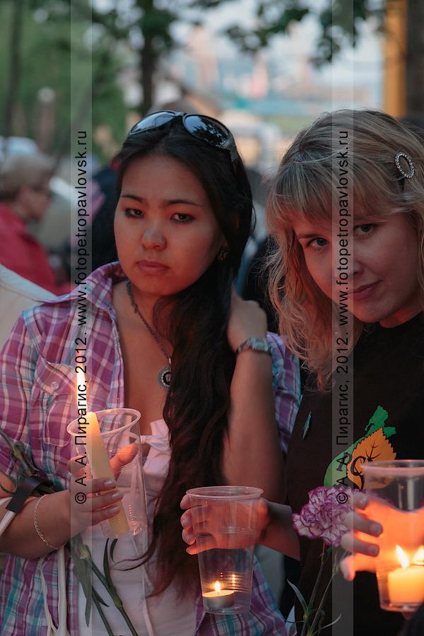 """Фотография: участницы молодежной патриотической акции """"Свеча памяти"""". Сквер Свободы в городе Петропавловске-Камчатском"""