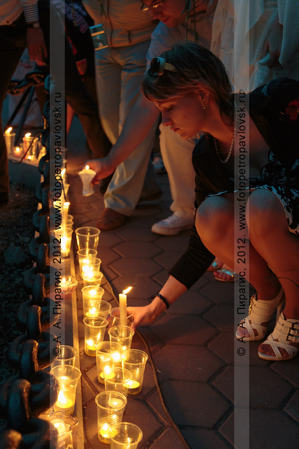 """Фотография: 22 июня, День памяти и скорби, молодежная патриотическая акция """"Свеча памяти"""" в сквере Свободы города Петропавловска-Камчатского. Зажженные свечи возле памятника воинам Советской армии — освободителям Курильских островов в 1945 году"""