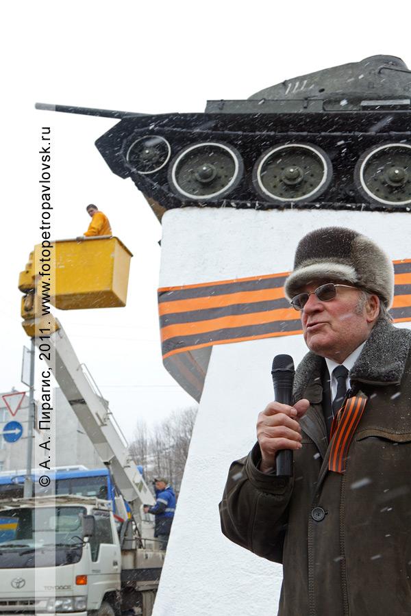 Фотография: Виктор Денищенко на митинге у памятника танку Т-34. Город Петропавловск-Камчатский, Комсомольская площадь