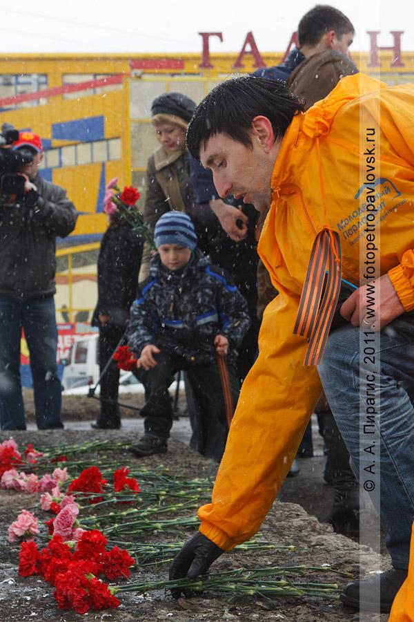 Фотография: возложение цветов к памятнику танку Т-34. Город Петропавловск-Камчатский, Комсомольская площадь