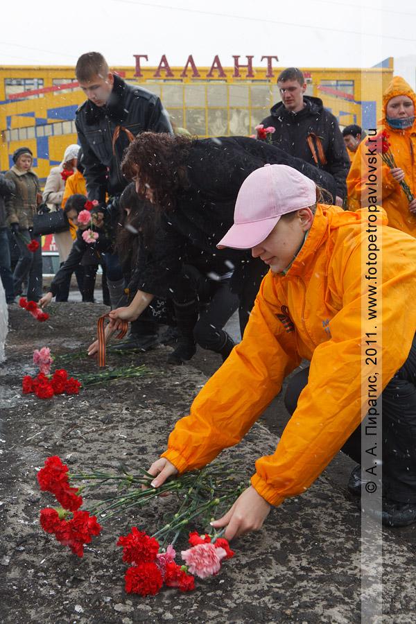 Фотография: возложение цветов к памятнику танку Т-34 в городе Петропавловске-Камчатском