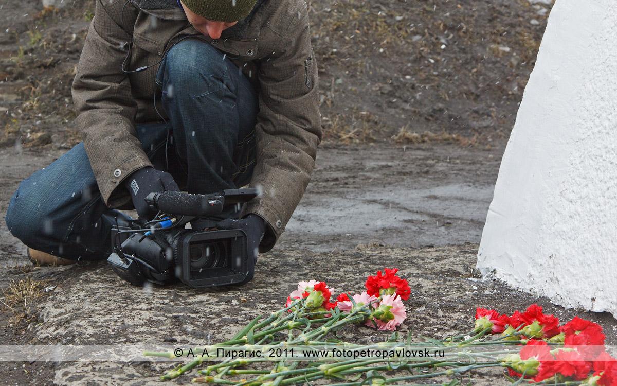 Фотография: у памятника танку Т-34. Город Петропавловск-Камчатский, Комсомольская площадь