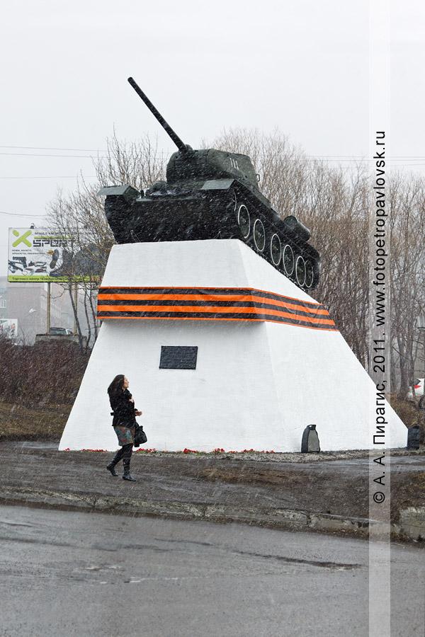 Фотография: памятник танку Т-34 в городе Петропавловске-Камчатском с размещенной на постаменте Георгиевской лентой