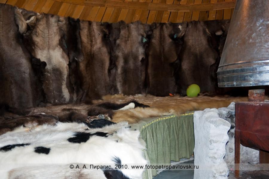 """Фотография: корякская этническая деревня """"Танынаут"""" на Камчатке. Убранство в жилище"""