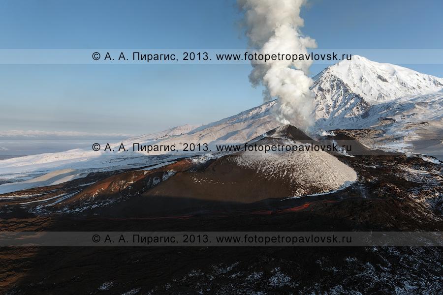 Фотография: красивый вулканический пейзаж, вид на извержение вулкана Плоский Толбачик в Камчатском крае