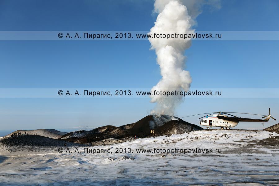 Фотография: извержение вулкана Плоский Толбачик на Камчатке. Вертолет и туристы на фоне прорыва имени вулканолога Софьи Ивановны Набоко